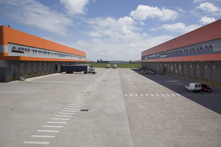 Galpões com estacionamento para veículos leves e pesados